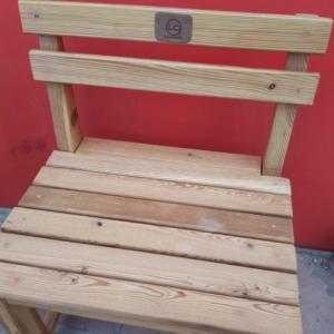 Mesa con bancos pinotea